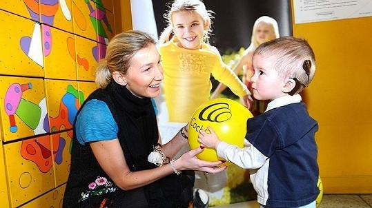 Dominika Mesarošová si po předání dárků a peněz s dětmi dlouhé hodiny hrála.