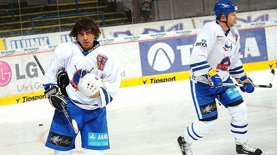 Sagvan Tofi a Petr Bendl na pražském charitativním hokejovém utkání HC Olymp proti ruskému týmu Pod Flagom Dobra