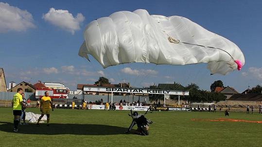 Celý turnaj odstartoval parašutista, který seskočil z letadla na hřiště.