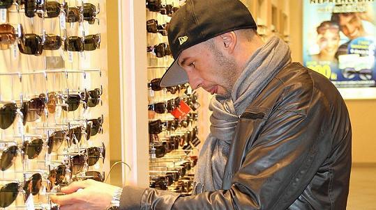 Soustředěný Issa si v obchodě v pražském obchodním centru Myslbek vybral sluneční brýle za několik tisíc korun.