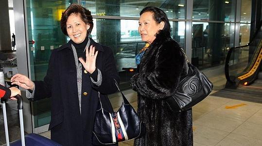 Kambodžská princezna Norodom Arunrasmy přistála na ruzyňském letišti ve čtvrtek odpoledne krátce před třetí hodinou. Doprovází jí její sestra.