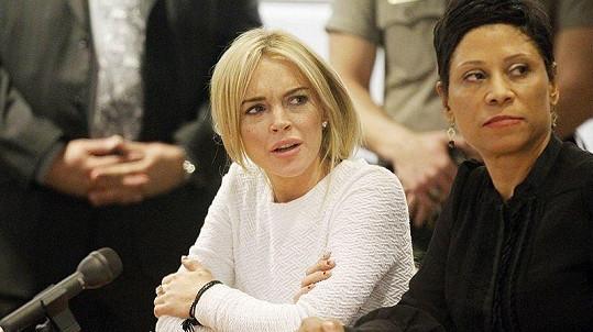 Lindsay Lohanová během soudního stání se svou právničkou.