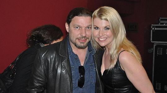 Opuštěný Petr Kolář se tullil aspoň ke zpěvačce Gábině Goldové.