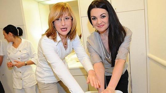 Moderátorka Štěpánka Duchková a televizní rosnička Jana Adámková na dnu otevřených dveří salónu Estée Lauder v pražské Železné ulici.
