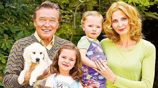 S manželkou Ivanou, jejich dcerami i pejskem konečně zažívá, co to je být hlavou velké rodiny.