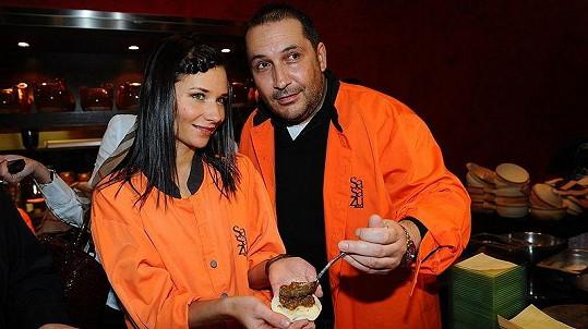 Sandra Nováková s přítelem Janem Nejedlým na škole vaření singapurské kuchyně