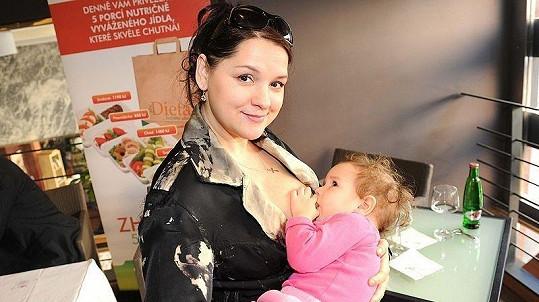 Magda Malá stále kojí dceru Terezku.