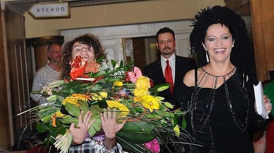 Filip Kratochvíl své mamince nejen kytici věnoval, pak jí dělal i nosiče těch ostatních a málem přes ně ani neviděl
