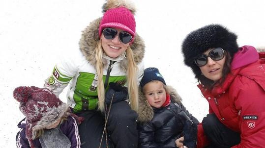 Dara Rolins a manažerka Eva Skallová s dcerkami Laurou a Charottkou během zimních radovánek.