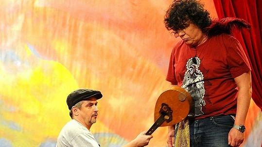 Během jedné ze scének rozbil Suchánek o Genzera mandolínu.