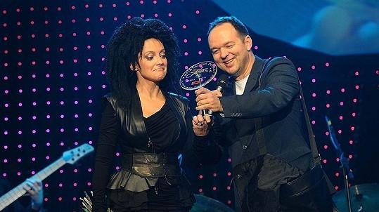 Ředitel hudebního nakladatelství EMI Vladimír Kočandrle předal po křtu alba Lucii Bílé cenu za prvních prodaných milión desek