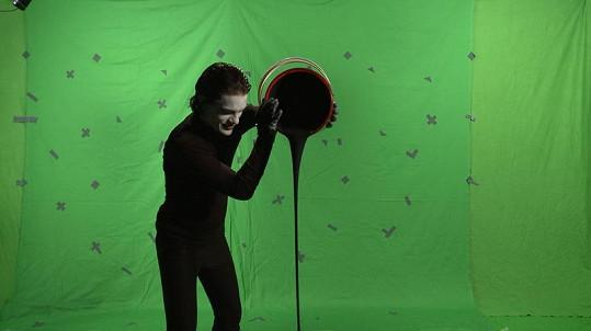 Nejdříve se obě postavy natočily zvlášť na zeleném pozadí.