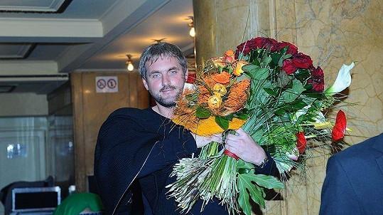 Na svou lásku se byl podívat i Petr Makovička, který málem všechny kytice ani nepobral