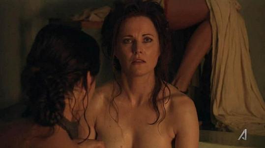 Lechtivým scénám se nevyhýbá ani Xena Lucy Lawless.