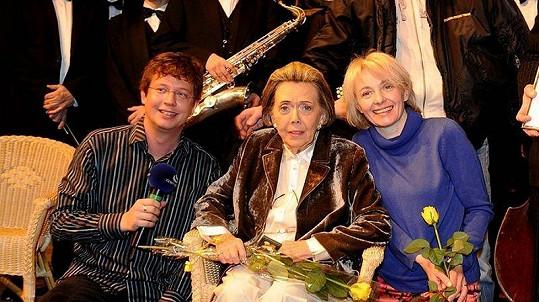 Jiřina Jirásková s moderátorem rozhlasového pořadu Tobogan Alešem Cibulkou a gratulantkou Veronikou Žilkovou.