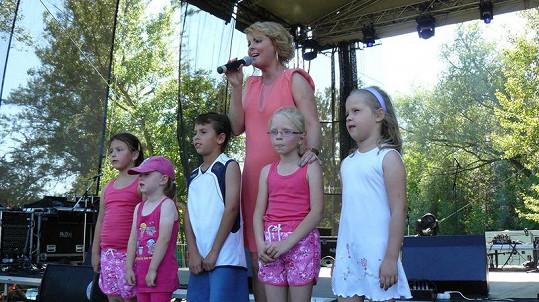 Iveta si k písni přizvala i děti.