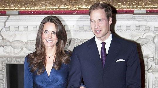 Kate Middletonová a princ William na oficiálním focení k zásnubám.