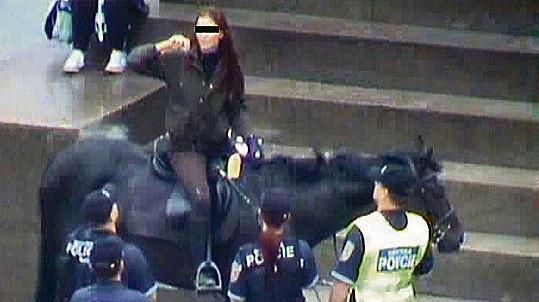 Leona Grešáková šokovala jízdou na koni. Projela Václavské náměstí i Letenský tunel