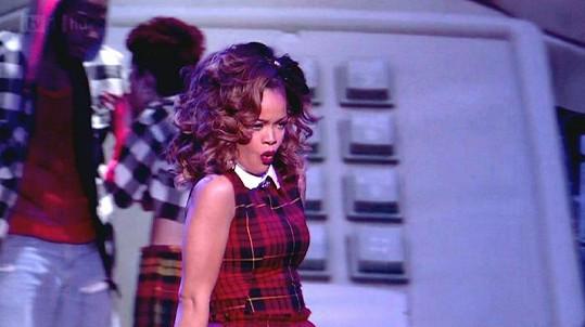 Rihanna se stylizovala do role svůdné školačky.