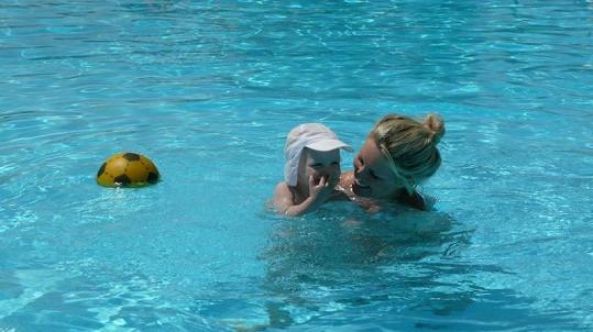Maxíkovi se líbilo i v bazénu.