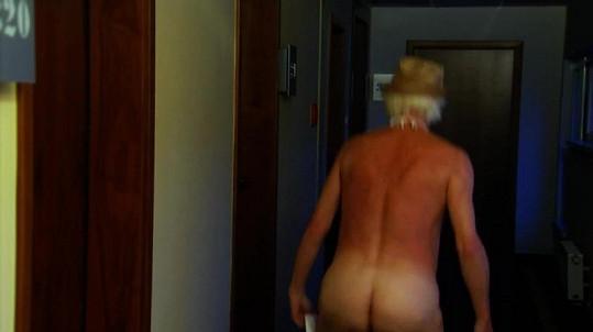 Herec se předklání, aby na návštěvníky lázní vyšpulil své pozadí.