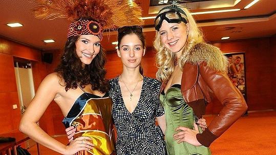 Finalistky České Miss Lucie Klukavá a Barbora Zelená s návrhářkou a modelkou Leonou Grešákovou