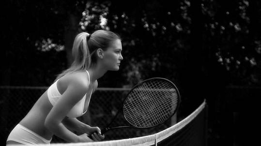 Bar Refaeli na černobílých fotografiích z kampaně s názvem Under.Me.