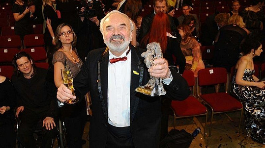 Zdeněk Svěrák se soškou Českého lva