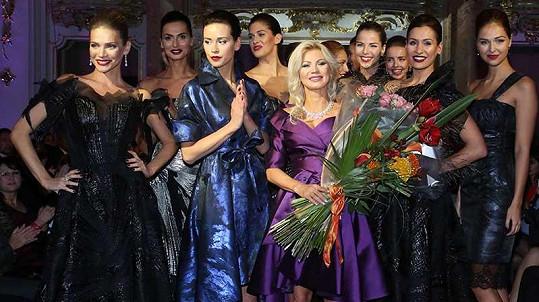 Její kolekce často předvádí dívky, které začaly kariéru v soutěžích krásy.
