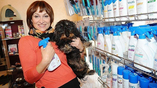 Petra Černocká se svým jezevčíkem výročí psího salonu