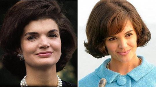 Roli Jackie Kennedy zkusilo hned několik hereček, ovšem Katie Holmes (vpravo) jí byla nejvíce podobná v seriálu The Kennedys: After Camelot.