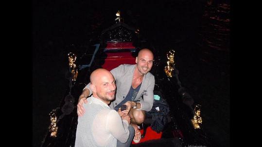 Zasnoubení proběhlo v Benátkách na gondole.