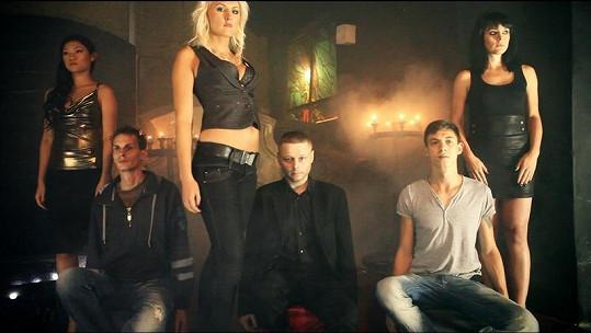 Dívky a jejich budoucí oběti. Vpravo Reppy, vlevo DJ Magix.