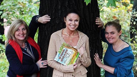 Eva Hudečková se spisovatelkou Míšou Veteškovou a výtvarnicí Lucií Seifertovou.