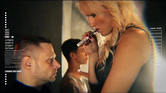 Šimek je v klipu zhypnotizovaný blonďatou kráskou.