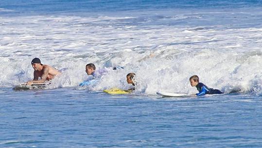 Od nejstaršího po nejmladšího: David Beckham (vlevo) se syny Brooklynem, Romeem a Cruzem v Malibu.