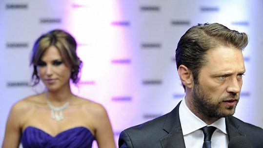 Herec Jason Priestley, v pozadí jeho manželka Naomi Lowde.