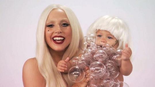 Zpěvačka v reklamě na svou kolekci dětského oblečení.