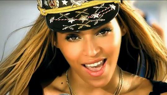 Beyoncé v novém videoklipu Love on Top.