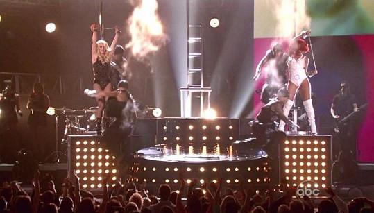 Krásky Britney Spears a Rihanna během společného vystoupení v Las Vegas.