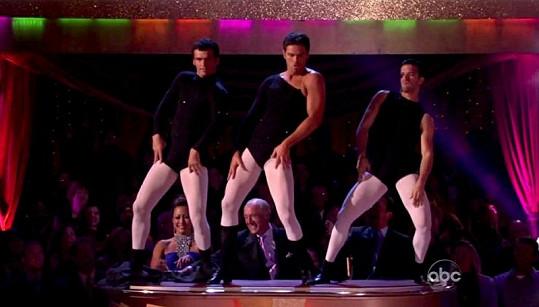 Tony Dovolani během parodie na klip Beyoncé Single Ladies.