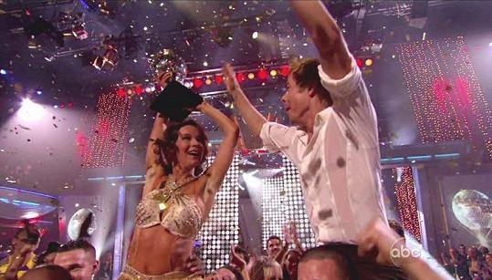 Jennifer a její taneční kolega krátce po vyhlášení výsledků.
