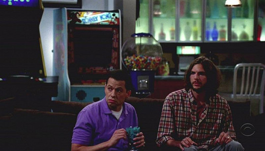 Ashton Kutcher a Jon Cryer v seriálu Dva a půl chlapa.
