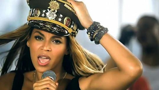 Beyoncé dělá reklamu českým vojákům.