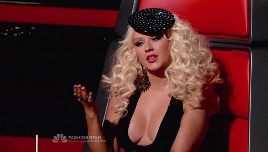 S make-upem vypadá Christina výrazněji.