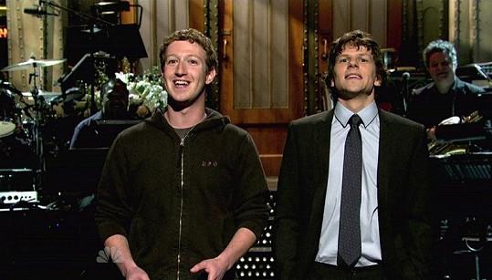 Zuckerberg ve svém oblíbeném oblečení dorazil i v lednu do pořadu Saturday Night Live vysílaném na NBS.