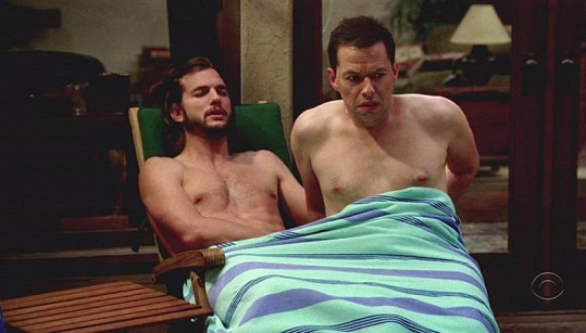 Nahý Ashton Kutcher s Ronem Cryerem pod ručníkem.