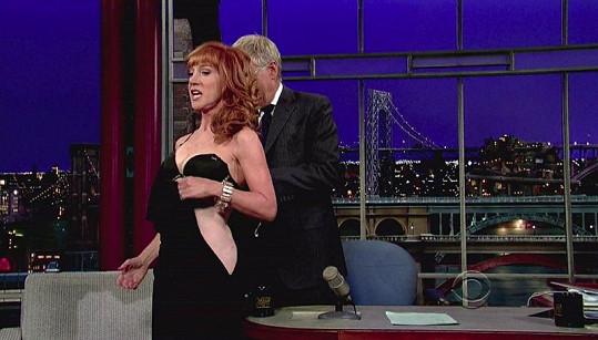 David Letterman herečce ochotně pomohl při svlékání.