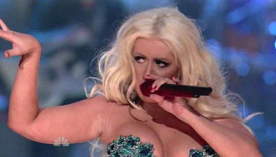 Aguilera má už i pořádně macaté paže.