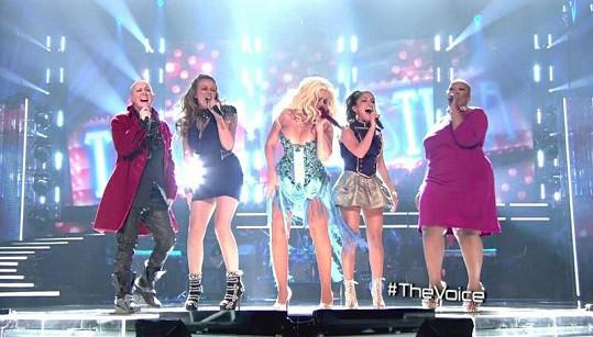 Christina během vystoupení s kolegyněmi zpěvačkami.